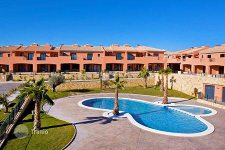 Cheap townhouses for sale in Spain. KEY READY! Spacious townhouse with views of the golf course