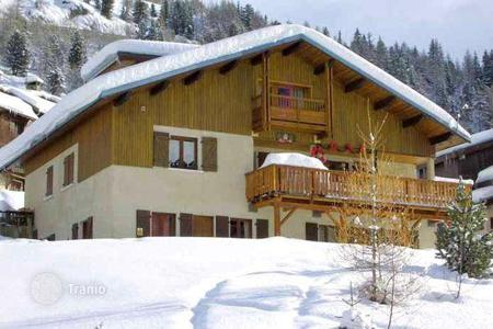 Residential to rent in Mâcot-la-Plagne. A comfortable chalet with 4 bedrooms, 4 bathrooms, a living room with a fireplace, Ski-in and ski-out, parking, La Plagne, France