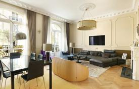 2 bedroom apartments for sale in Neuilly-sur-Seine. Neuilly-sur-Seine. An architect-renovated two-bed apartment.