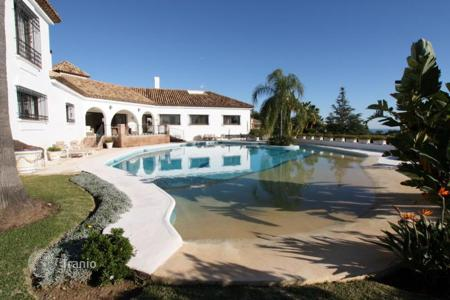 Luxury houses with pools for sale in Estepona. Villa for sale in El Paraiso, Estepona
