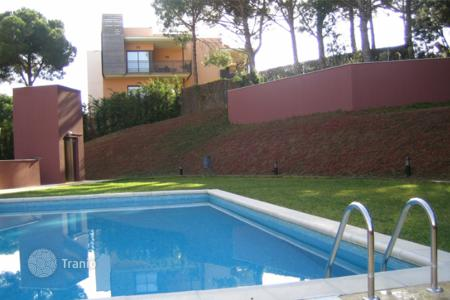 Cheap apartments with pools for sale in Lloret de Mar. New one-bedroom apartment in a complex with swimming pool and parking near the sea in Lloret de Mar, Costa Brava
