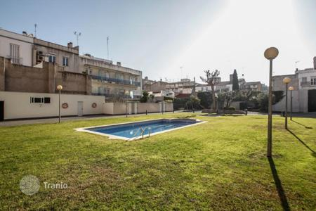 Apartments with pools for sale in Badalona. Spacious apartment with a mountain view