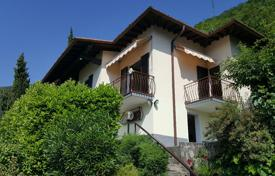 2 bedroom houses for sale in Italian Lakes. A detached villa in a dominant and sunny position in Lenno