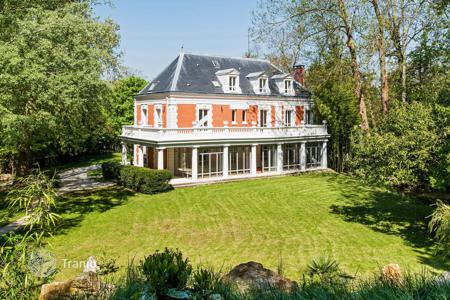 Luxury 6 bedroom houses for sale in Ile-de-France. Rueil-Malmaison. A magnificent property in a secure private park 10 min west of Paris 's Porte Maillot