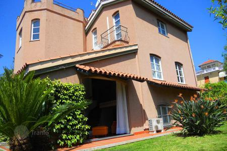 4 bedroom houses for sale in Sanremo. Villa in San Remo, Italy. Sea view house with a garden, at 50 meters from the beach