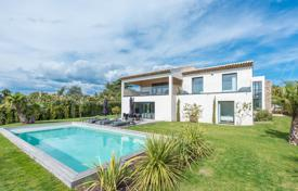 Houses with pools by the sea for sale in Côte d'Azur (French Riviera). Contemporary villa — Saint-Tropez centre
