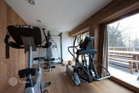 Property to rent in Verbier. A comfortable chalet with 7 bedrooms, a living room with a fireplace, a jacuzzi, a sauna, a ski room and a pool, Verbier, Switzerland