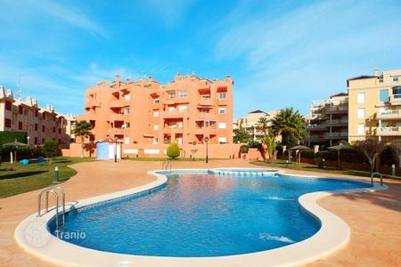 Apartments for sale in Cabo Roig. 2 bedroom apartment with communal pool, solarium with BBQ, walking distance to the beach in Orihuela Costa