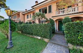 Property for sale in Lazio. Magnificent terraced house with private garden in a beautiful residential complex in Via Appia
