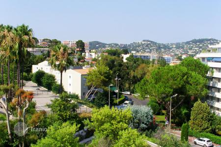 Cheap apartments with pools for sale in France. APPARTMENT CANNES CENTRE/ HOPITAL DE BROUSSAILLES