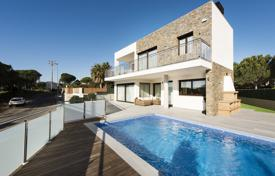 Luxury 4 bedroom houses for sale in Costa Brava. Modern villa with a pool and a garden, overlooking the sea, near the beach, Sant Feliu de Guixols, Spain
