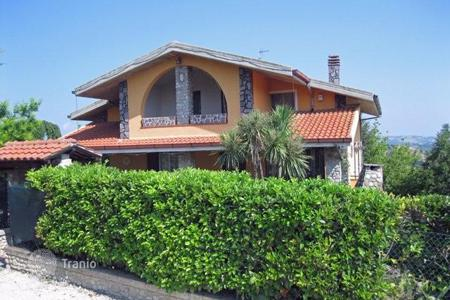 Property for sale in Penne. The three-level furnished villa with a large plot of land 3 km from Penne, Italy