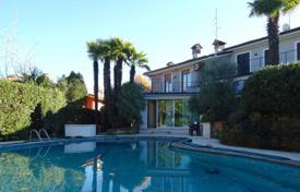 3 bedroom houses for sale in Lake Garda. Villa with a swimming pool in Desenzano