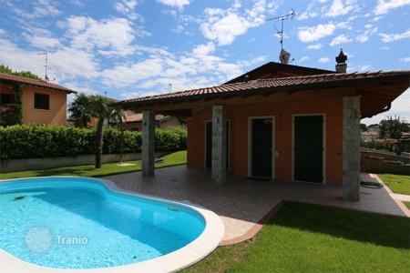 Houses for sale in Manerba del Garda. Villa with garden, swimming pool and garage, near Garda Lake, in Manerba del Garda, Italy