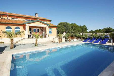 Houses with pools by the sea for sale in Istria County. Cozy villa with pool in the suburbs of Umag