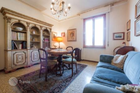 Apartments for sale in Tuscany. Apartment with a balcony and a view of the city, in a historic building with an elevator, Florence, Italy