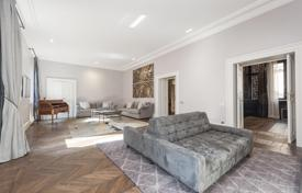Luxury apartment on the main floor of a prestigious building in the heart of the historic center for 5,900,000 €