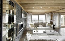 5 bedroom villas and houses to rent in Courchevel. Modern chalet with a pool, a bar, lounges and balconies, near the center of the town and the slope, Courchevel, France