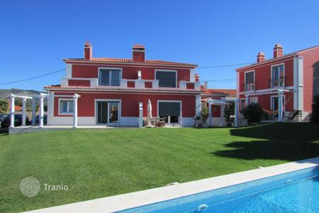 Houses with pools for sale in Alcabideche. Condo of 3 villas in Cascais