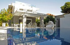 Houses with pools for sale in Israel. New villa with a large plot of land, a swimming pool and a garage. Herzliya, Israel