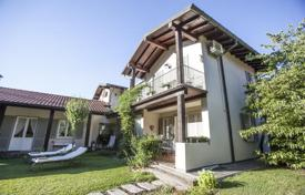 5 bedroom houses for sale in Travedona Monate. Spacious villa with a terrace and a gazebo, near the embankment, Travedona-Monate, Lombardy, Italy