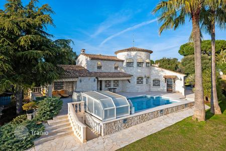 5 bedroom houses for sale in Vallauris. Super Cannes — Stone Provencal-style villa to renovate