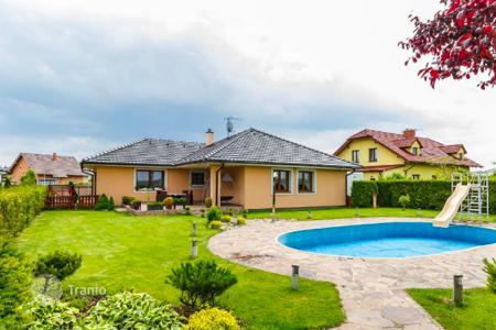 2 bedroom houses for sale in the Czech Republic. Villa with pool and large plot of land in the suburbs of Prague — Šestajovice