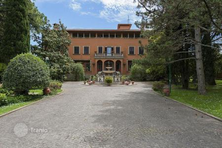 Luxury property for sale in Corciano. Prestigious villa with private park located on a scenic hill a few km from Perugia