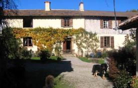 Property for sale in South - Pyrenees. Ancient farm with courtyard, annexes and large lake of 5000 m²
