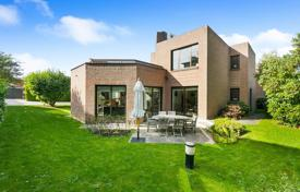 5 bedroom houses for sale in Ile-de-France. Saint-Cloud – A superb contemporary property in a landscaped garden