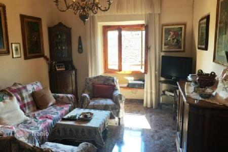 2 bedroom apartments for sale in Florence. Apartment with a balcony, in a small building, in the center of the city, Florence, Italy