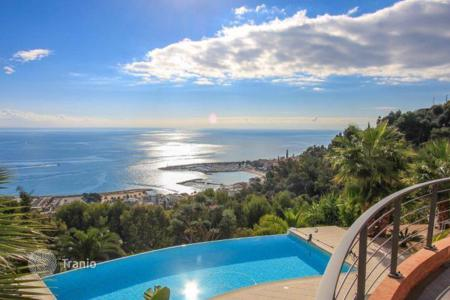 Luxury houses with pools for sale in Menton. Villa in the hills of Menton