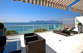 Luxury apartments for sale in Provence - Alpes - Cote d'Azur. Two-bedroom apartment with a spacious terrace, in a residential complex near the seafront, Cannes, France