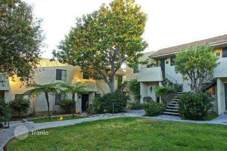 Cheap property for sale in North America. The apartment is in a complex in Malibu
