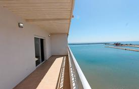 Beautiful south-facing apartment completely renovated, with spectacular views of the sea, the harbor and the community pool in Torrevieja for 230,000 €