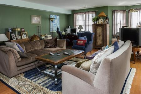 4 bedroom apartments for sale in North America. Four-level apartments in traditional-style with a fireplace and vaulted ceilings, Philadelphia, Pennsylvania, USA