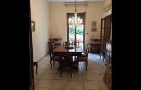4 bedroom apartments for sale in Tuscany. Spacious apartment with a terrace and a garden in Florence, Tuscany, Italy
