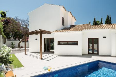 Houses with pools by the sea for sale in Costa del Sol. Renovated two-storey villa with pool, garden and terrace of 160 m² in Marbella, Spain