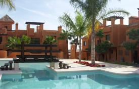 Coastal townhouses for sale in Valencia. 2 and 3 bedroom townhouses with communal pool, solarium and garden in San Miguel de Salinas