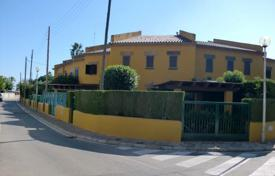 Townhouses for sale in Tarragona. Modern townhouse in the center of the city, Cambrils, Spain