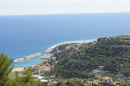 Houses with pools by the sea for sale in Bordighera. Villa – Bordighera, Liguria, Italy