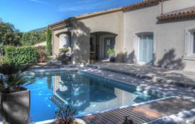 5 bedroom houses for sale in Vaugines. Close to Lourmarin — Villa in a dominant location