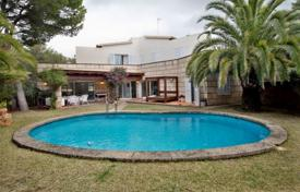 Houses with pools for sale in Majorca (Mallorca). Villa with a private garden, a swimming pool, a private parking and a separate guest apartment, Costa D'en Blanes, Spain