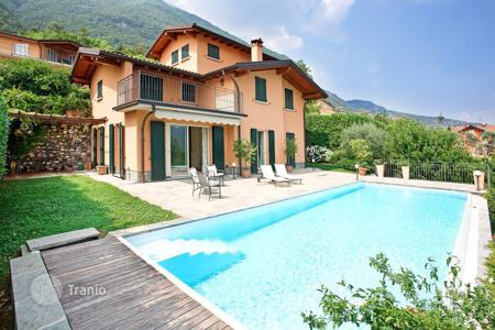 Houses with pools for sale in Lenno. A recently constructed villa with excellent lake views. The villa, situated in a very sunny and tranquil location