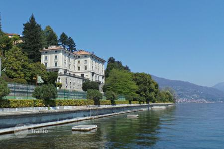 3 bedroom apartments by the sea for sale in Piedmont. Duplex Apartment with views of the lake in a historic 19th-century mansion with a park, swimming pools and a private jetty, Piedmont