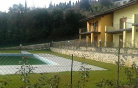Coastal townhouses for sale in Italy. Terraced house – Toscolano Maderno, Lombardy, Italy