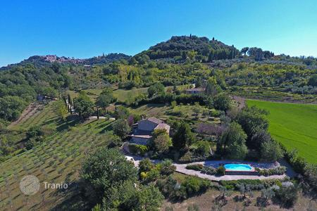 Houses with pools for sale in Todi. Luxury property for sale in Umbria