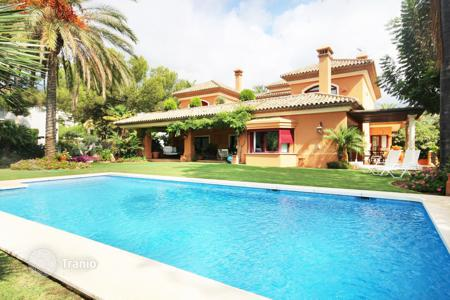 Luxury 4 bedroom houses for sale in Malaga. Villa for sale in Altos Reales, Marbella Golden Mile