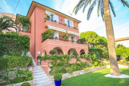 Houses with pools for sale in Roquebrune - Cap Martin. Charming villa in Cap Martin