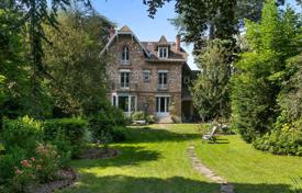6 bedroom houses for sale in Ile-de-France. Versailles – A charming near 300 m² millstone-built property